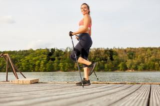 Frau beim Nordic Walking für Ausdauer und Fitness