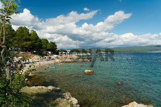 Bucht an einem Campingplatz nahe der Altstadt von Krk in Kroatien