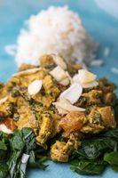 Indisches Murgh Palak Curry auf einem blauen Teller