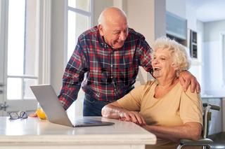 Lachendes Paar Senioren im Ruhestand vor dem Laptop