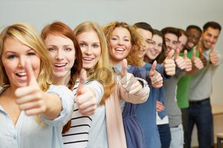 Erfolgreiche Studenten halten Daumen hoch
