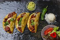 gebackene Tacos auf schwarzem Schiefer