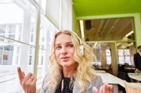 Studentin oder Geschäftsfrau beim E-Learning