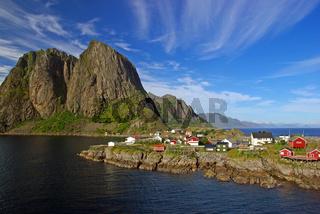 Traumhafte Kulisse aus Bergen und Meer auf den Lof