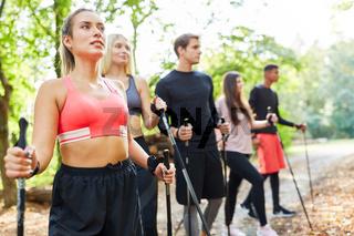 Gruppe junger Leute im Nordic Walking Workshop