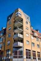 pirna, deutschland - 14.09.2020 - eckhaus mit balkonen