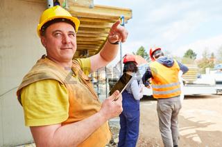 Vorarbeiter auf Baustelle von Hausbau bei Planung