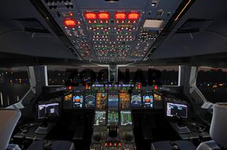 Airbus Cockpit bei Nacht
