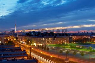 Berlin mit Fernsehturm in der Dämmerung