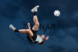 Fußballer beim Fallrückzieher