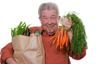 Senior kauft mit Freude ein