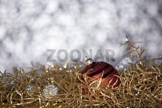 Goldene Weihnachtsdeko und rote Weihnachtskugel