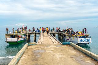 Landungssteg für die Fähre zu den Togian Inseln in Sulawesi