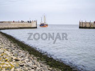 Incoming fishing cutter in Harlesiel