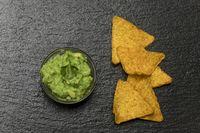 kleine Portion Guacamole auf Schiefer