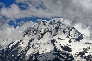 Schneebedeckte Gipfel in den Schweizer Alpen,  Saas-Fee, Wallis, Schweiz