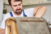 Mann als Handwerker vom Reparatur Notdienst