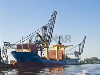 Containerschiff CEC FORCE im Emder Binnenhafen