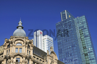 Historisches Gebäude vor dem Dresdner Bank Hochhaus, Silberturm, Sitz der Deutschen Bahn, Frankfurt am Main, Hessen, Deutschland, Europa