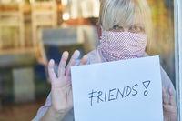 Seniorin vermisst Freunde in Coronavirus Lockdown oder Quarantäne