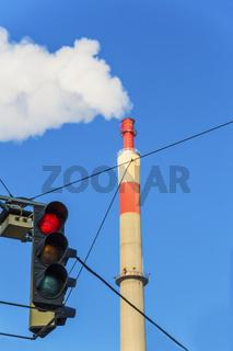 Industrieschlot und roter Ampel