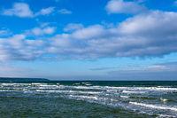 Wellen am Strand an der Ostseeküste in Warnemünde
