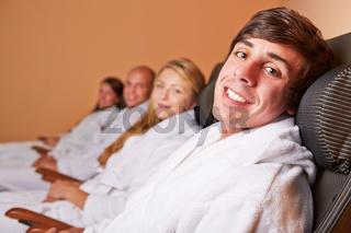 Entspannte Paare im Ruheraum eines Hotels