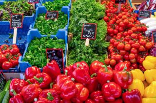 Paprika, Rucola und Tomaten zum Verkauf