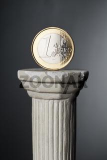 Euromünze auf einer Säule