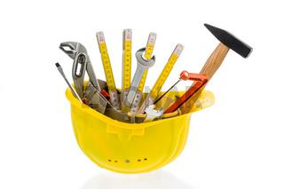 Werkzeug in einem Schutzhelm