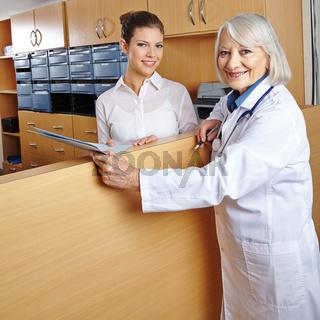 Ärztin am Empfang im Krankenhaus