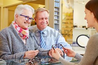 Senioren bei Beratung beim Optiker