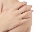 fingers on shoulder