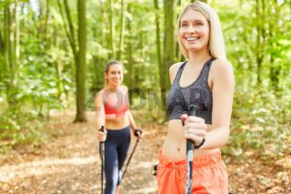 Junge Frauen trainieren Fitness beim Nordic Walking