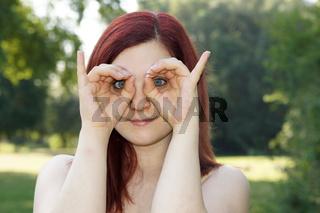 junge Frau imitiert Eule