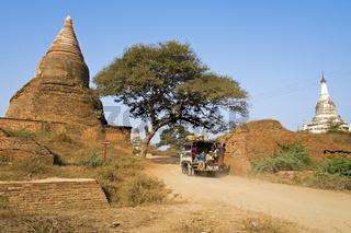 Stupa an der alten Stadtmauer von Alt-Bagan, Ebene von Bagan, Myanmar