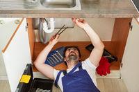 Sanitärinstallateur repariert defekten Abfluss der Spüle