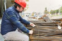Vorarbeiter  kontrolliert Qualität der Moniereisen