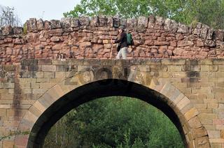 Spanien: Pilgerin auf der Brücke Cirauqui