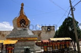 Stupa und Gebetsmühlen im Kloster Sera Lhasa Tibet