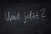 und jetzt translates as what now in German - handwritten question on chalkboard