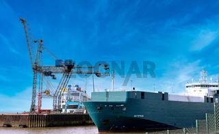 Im Hafen von Bremerhaven, im Hintergrund die neue  Odyssey of the Seas