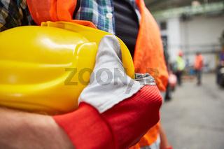 Arbeiter als Bauarbeiter mit Schutzhelm für Arbeitsschutz