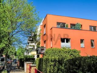 berlin, deutschland - 06.05.2020 - idyllische strasse mit neubauten