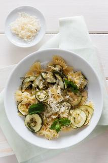 Glutenfreies Nudelgericht mit Zucchini
