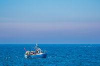 Fischerboot mit Möwen auf der Ostsee vor Warnemünde