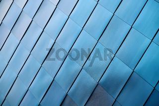 Fassadenverkleidung aus Edelstahl an einem modernen Industriegebäude