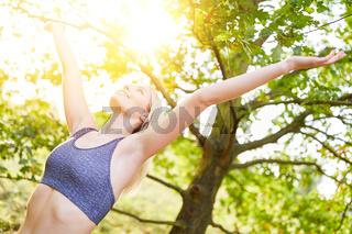 Frau macht Atemübung zum Luft atmen in der Natur