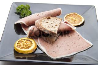 Leber Pastete mit Brot auf Teller