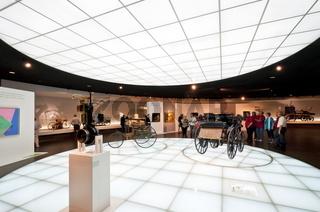 Benz Patent-Motorwagen und Daimler Motorkutsche im Mercedes Benz Museum Stuttgart